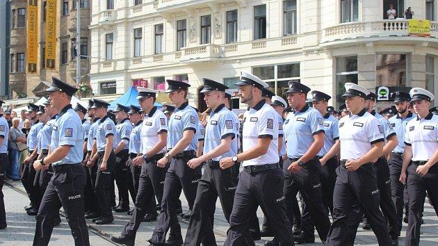 Policejní nováčci skládali slib. Podívat se přišly stovky lidí