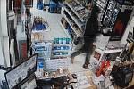 Ozbrojený muž vyhrožoval se zbraní prodavačce.