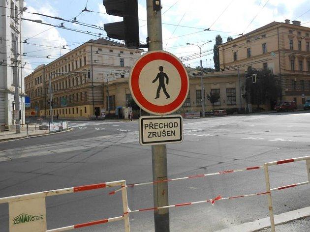 Na křižovatce brněnských ulic Úvoz a Údolní nechala radnice jeden přechod zrušit.