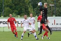 Brankář Vlastimil Veselý (v černém) chytal za Líšeň ve druhé lize poprvé v srpnu proti Blansku, které Brňané porazili 4:1.