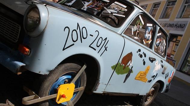 Studenti hodonínského gymnázia vytvořili sérii fotografií s legendárním trabantem. Jejich práce je k vidění v Hodoníně na pěší zóně. Patřičně vyzdobený vůz chrání před krádeží policejní botička.