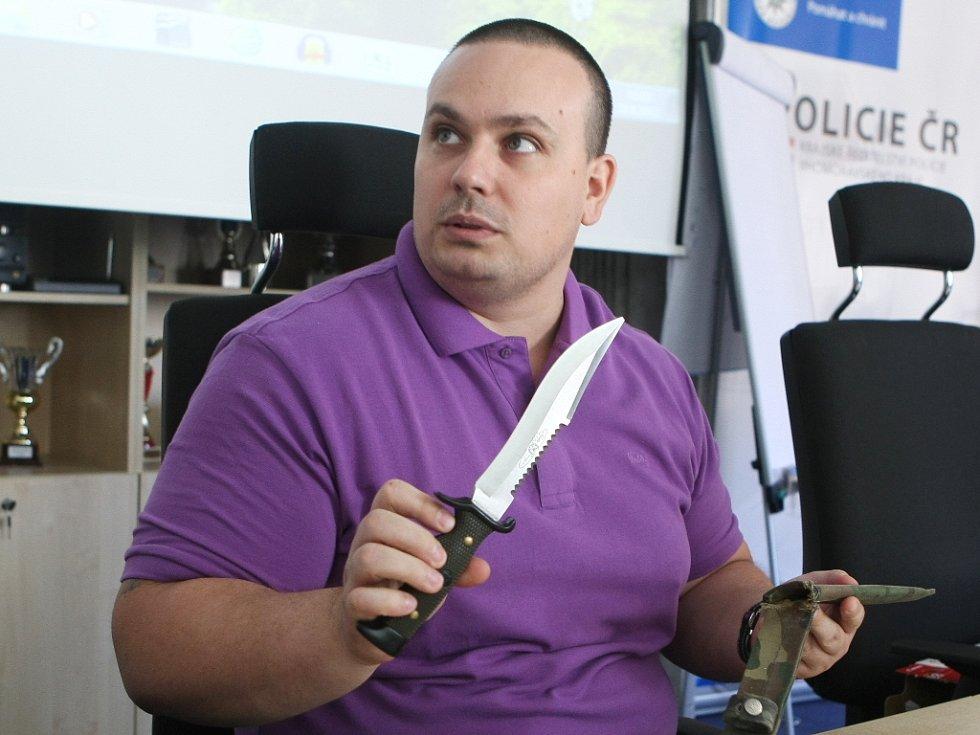 Kriminalista Pavel Bojanovský popisuje, jakým způsobem dopadený muž útočil.
