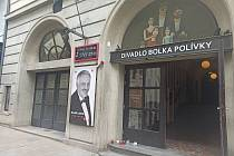 V divadle vzpomínají na zesnulého Lasicu. Před vchodem vzniklo pietní místo