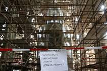 Dělníci teď pracují na vnitřní výmalbě hlavní lodi. Ta je hotová ze dvou třetin. Obrazy a sochy mají v péči restaurátoři v ateliérech na různých místech České republiky.