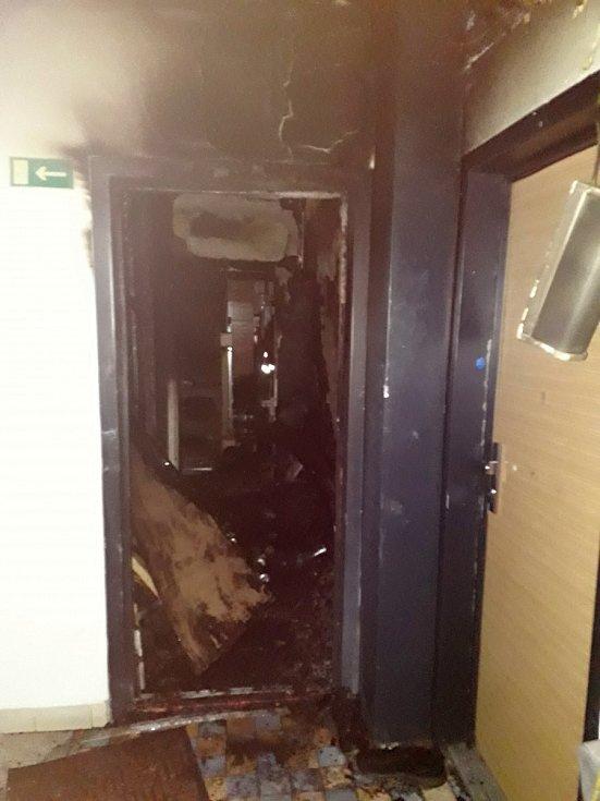 Hořelo ve čtvrtém patře bytového domu v bystrcké Ondrouškově ulici.