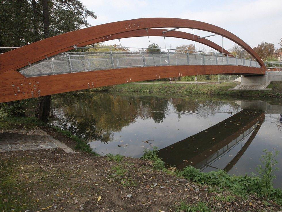 Trasu si od roku 2012 lidé krátí po lávce přes řeku Svitavu, která nese jméno po tragicky zesnulé spisovatelce Simoně Monyové.
