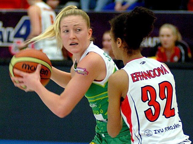 Basketbalistka Kateřina Sedláková (vlevo).