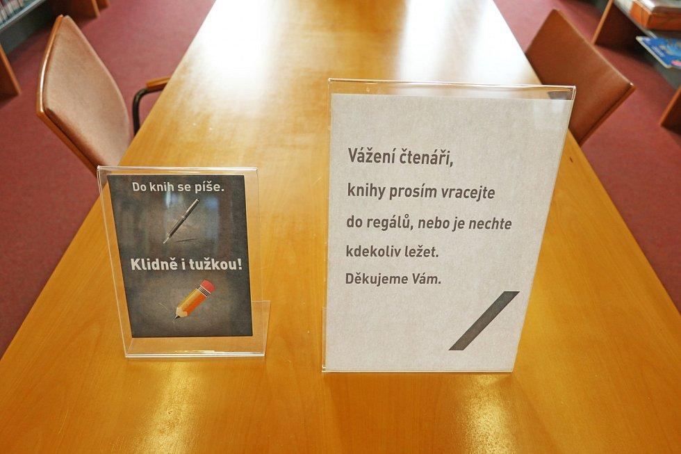 Uzavření Moravské zemské knihovny v Brně se tam rozhodli využít k obměně starých informačních cedulí ve studovnách. Za pokrokovější. Co je jinak?