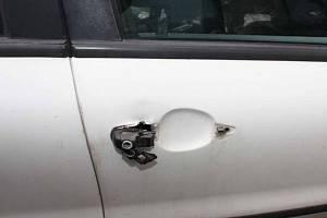 Zloděj se vloupal do aut u nádraží