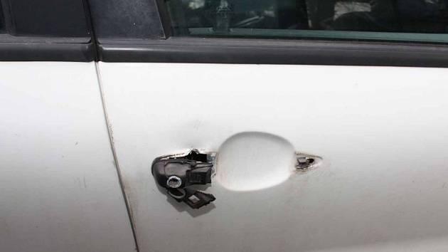 Zloděj z aut ukradl autorádio i stavebnici vláčku