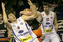 Domácí pivotman Petr Benda (v bílém) je obírán o míč Christem Haslamem.