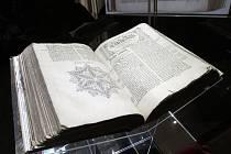 Ve výstavní síni Dietrichsteinského paláce Moravského zemského muzea na Zelném trhu v Brně je originál knihy rozevřen na začátku Knihy Jobovy. Další stránky si lze prohlédnout díky dvěma projekčním plátnům.
