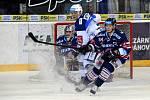 HC Kometa Brno v bílém (Tomáš Vondráček) proti HC Vítkovice (Jan Schleiss a Patrik Bartošák)