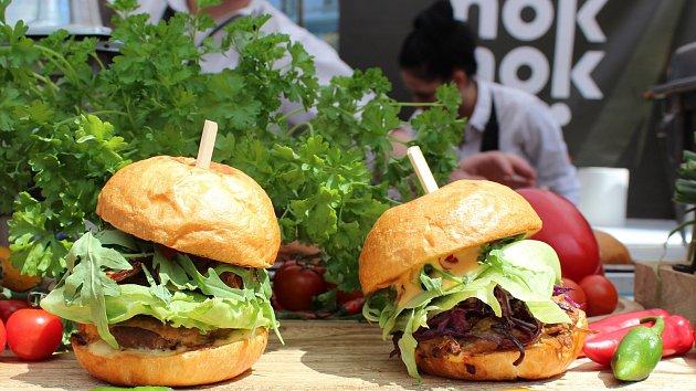 S jehněčím nebo telecím... Lidé ochutnávali burgery. Dělají hezká těla, smáli se