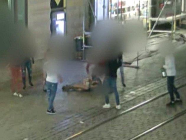 Skupina sedmi mladíků se v noci na sobotu pustila do dvacetiletého muže, který s třemi přáteli postával v centru Brna u hlavního nádraží.