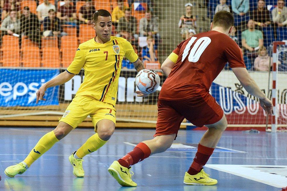Brno 3.2.2020 - kvalifikační turnaj na futsalové MS 2020 - ČR Michal Seidler (červená) Rumunsko Felipe Oliveira (žlutá)