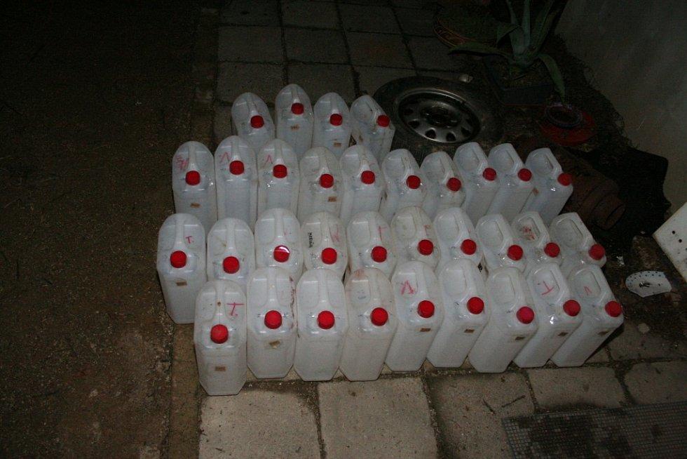 Dva lidi podezřelé z toho, že v Brně a okolí distribuovali alkohol obsahující nebezpečný metanol, obvinili policisté z ohrožení zdraví závadnými potravinami.