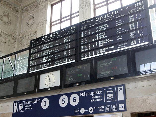 Informační systém brněnského vlakového nádraží prochází v poslední době modernizací. Lidé najdou na perónu, v hlavní hale i na nástupištích nové cedule, tradiční znělku Hvězdy jsou jak sedmikrásky nad Brnem nahradila univerzální.