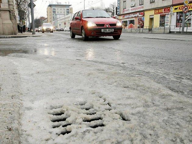 Chodník v Králově Poli se kvůli prasklému potrubí změnil v ledovku.