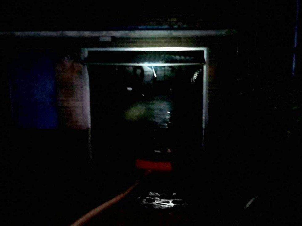 Hasiči kvůli nočním bouřkám vyjížděli asi čtyřicetkrát. Nejčastěji kvůli zatopeným sklepům.