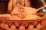 Neznámý sprejer nasprejoval na růžový tank v noci před jeho odjezdem symbol dolaru.