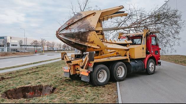 Přesazování zdravých vzrostlých stromů pomocí speciálního stroje Velký John.
