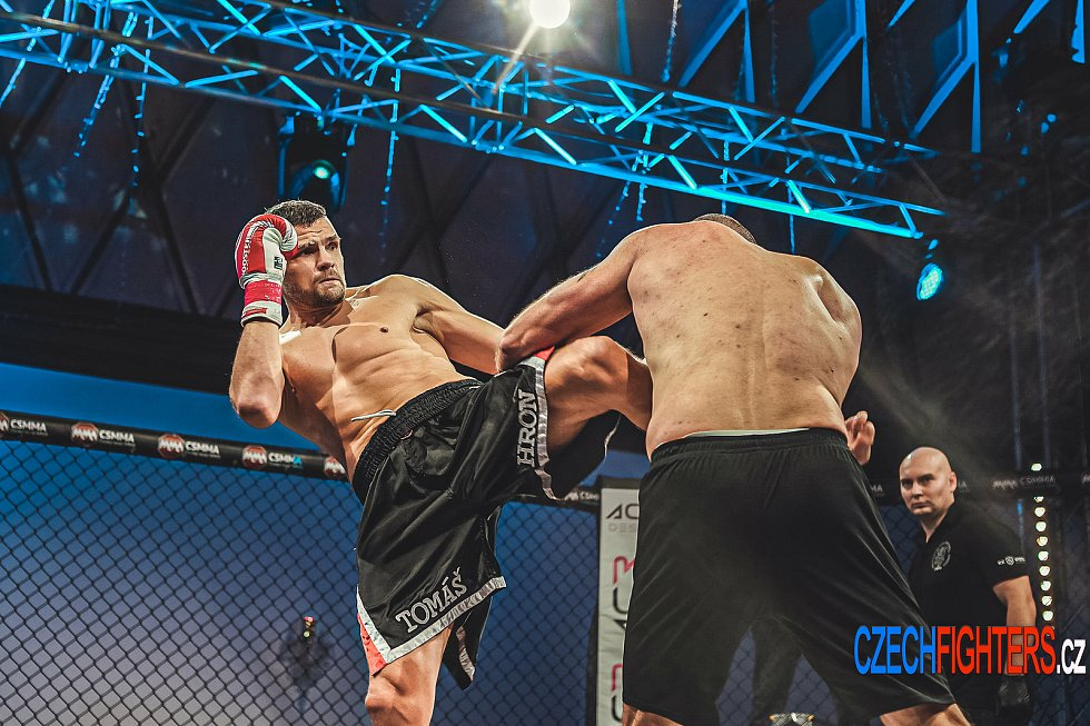 Brněnský thajboxer Tomáš Hron při Noci válečníků v Liberci knokautoval Maria Jagatice z Chorvatska.