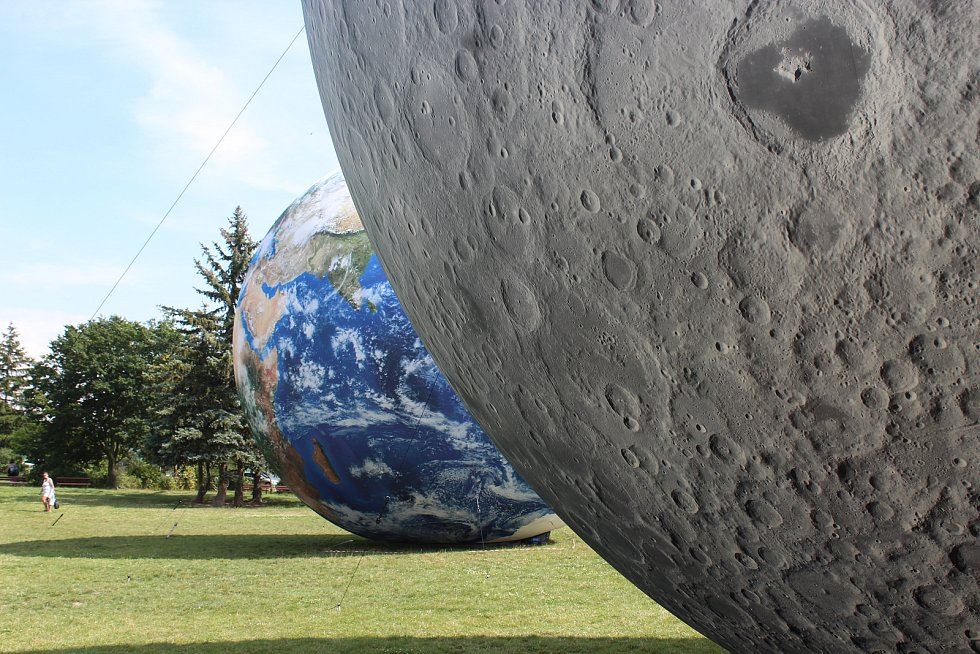 Nádherný pohled čeká na návštěvníky Kraví hory pod brněnskou hvězdárnou. Uvidí tam totiž desetimetrové nafukovací modely Země a Měsíce hned vedle sebe.
