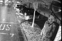 Policisté hledají svědka nehody autobusu MHD.