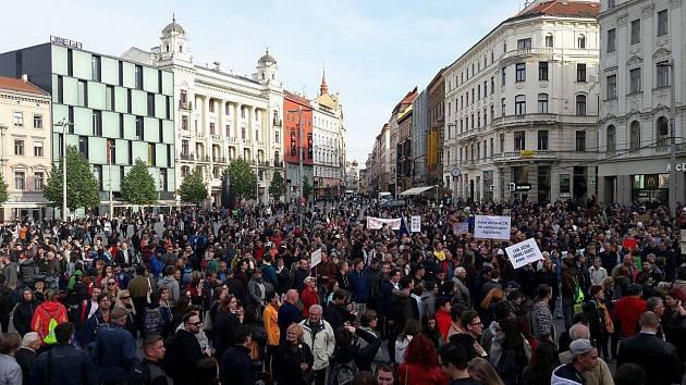 Demonstrace na náměstí Svobody v Brně. Lidé přišli vyjádřit nesouhlas s chováním a jednáním prezidenta Miloše Zemana i ministra financí Andreje Babiše.