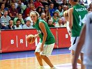 Loučení. Ve vítězném týmu v zelených dresech se vedle Horákové představily například bývalé reprezentační spoluhráčky Jana Veselá, Petra Kulichová či Eva Vítečková, v bílých dresech se po palubovce proháněly Ivana Večeřová či Irena Borecká