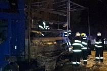 Na Žarošické ulici v Brně shořelo nákladní auto. Převáželo fólie v rolích.