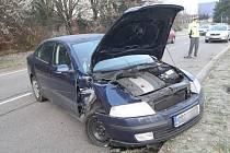 Řidič modré Octavie narazil bokem auta do sloupu.