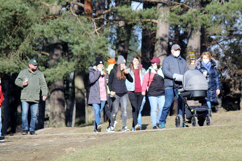 Brňané využili v sobotu odpoledne slunečného počasí a vyrazili na přehradu. Na procházku mohou jen na katastru obce. Strážníci kontrolovali, zda všichni mají dostatečnou ochranu úst.