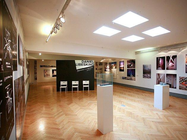 Součástí výstavy je projekce dokumentu Christophera Swanna z roku 2008, který Libeskinda představuje jako vizionáře a nezdolného optimistu.
