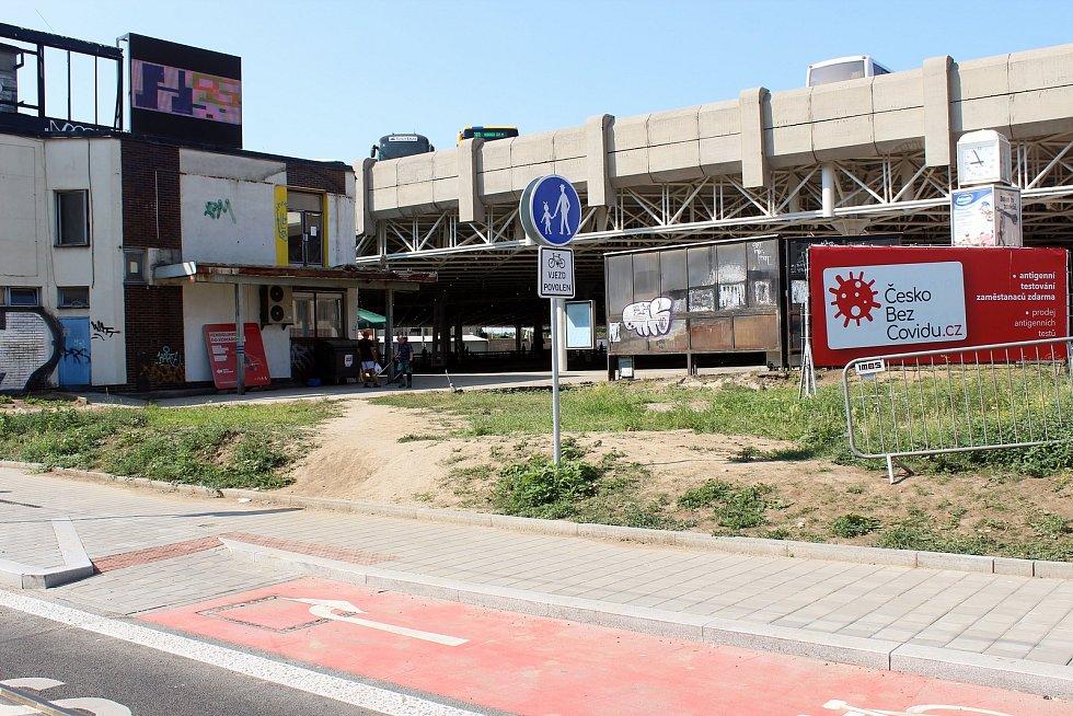Nově opravenou Plotní a Svatopetrskou ulicí jezdí tramvaje od začátku července. Z nové zastávky u Zvonařky není udělaná přístupová cesta na autobusové nádraží.