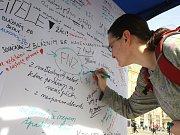 Zeď bláznovství na brněnském náměstí Svobody.