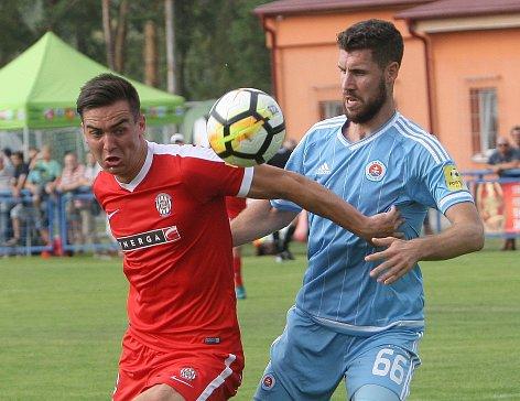 Zbrojovka se v přípravném zápase střetla se Slovanem Bratislava. Na snímku Zikl (Brno) a Bajrič (SL).