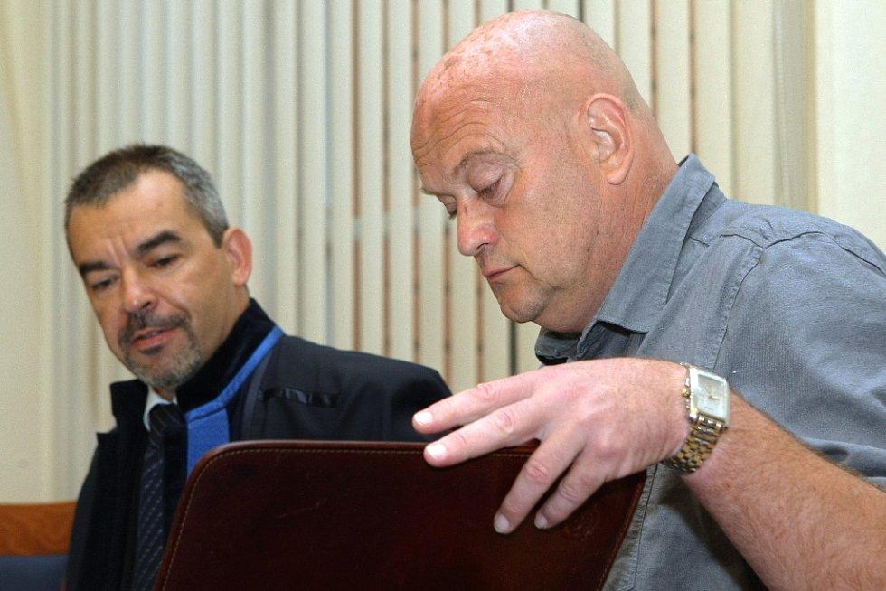 Jaroslav Šimek (vpravo) u brněnského soudu.