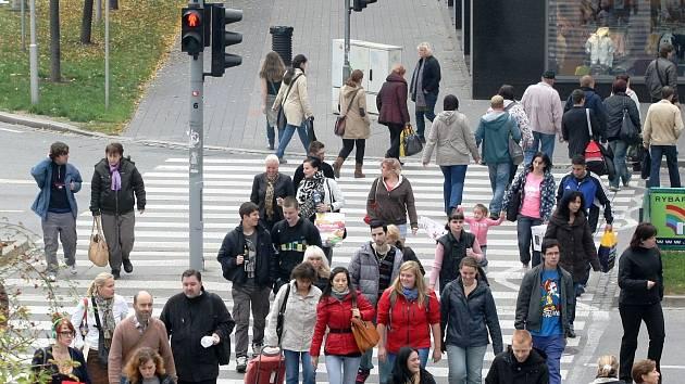 Skoro sto padesát lidí přecházejících na červenou pochytali a pokutovali brněnští policisté.