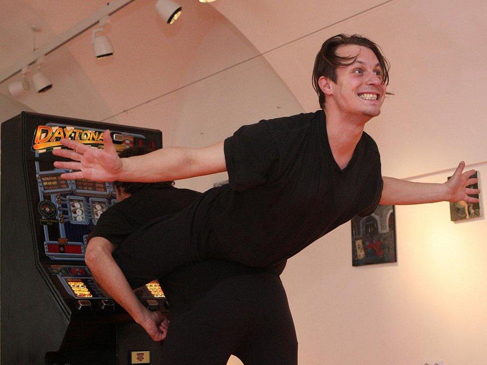 Herci Roman Blumaier a Jiří Kniha si vyzkouší pantomimu, výrazový tanec, činoherní divadlo a improvizaci.