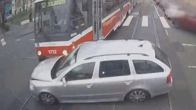 Záběr na nehodu z kabiny řidiče jedné ze šalin.