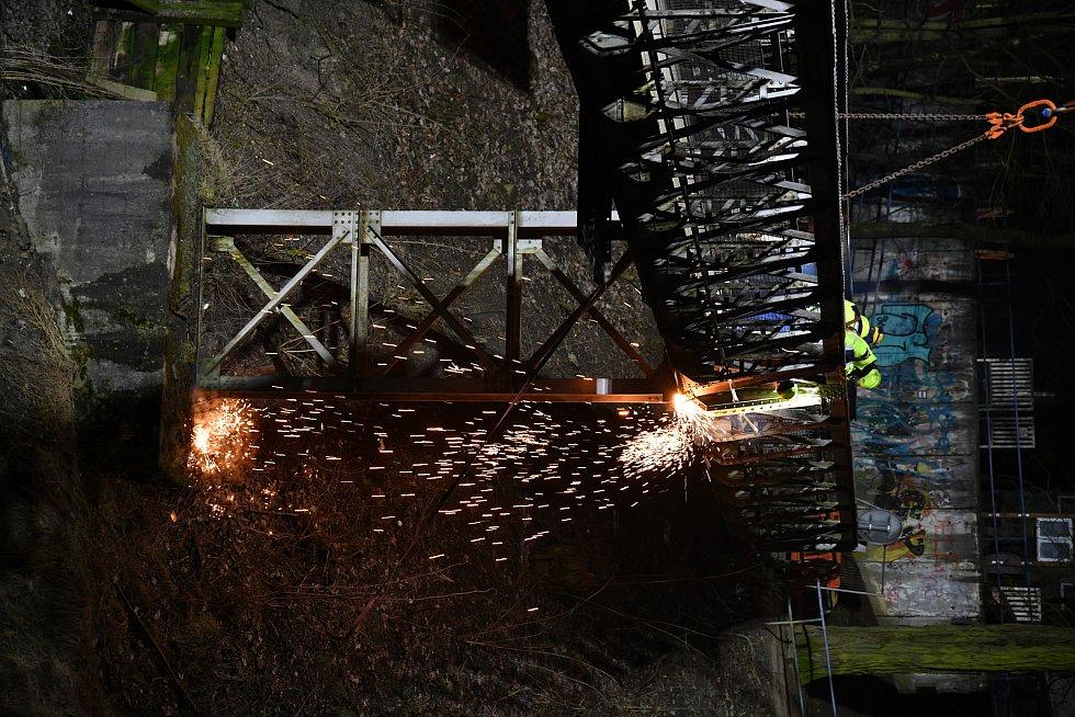 Elektrifikace trati mezi Brnem a Zastávkou. Březen 2021.