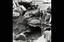 Voda z prasklého potrubí vymlela v Pekařské ulici dutinu pod nástupním ostrůvkem, což v roce 1976 způsobilo tragédii.