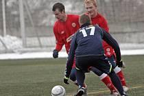 Zbrojovka (v červeném zleva Tomáš Frejlach a Rostislav Šamánek) prohrála úvodní zápas Tipsport ligy s Jihlavou 0:4.