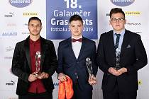 Futsalista brněnského Helasu Ivan Šarközy (vlevo) s trofejí za druhé místo v kategorii Talent roku.
