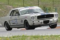 O víkendu se na brněnském Masarykově okruhu proháněly stovky historických aut při několika závodních šampionátech.
