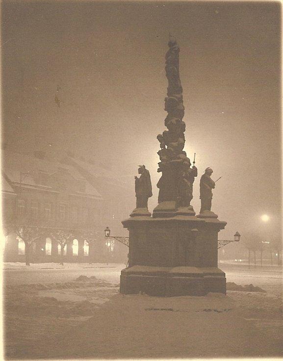 Na hodonínské náměstí shlíží od roku 1716 čtyři moroví ochránci společně s Pannou Marií Immaclaty. Fotografie pochází z období první republiky, kdy ochráncům vytvořila zima sněhové čepice.