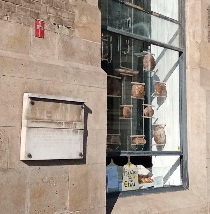Muzejka na Moravském náměstí v Brně ožila - otevřelo se v ní prodejní okénko s pečivem.