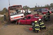 Zvedání několikatunového trolejbusu si vyzkoušeli hasiči v brněnském kovošrotu. Rychlost jejich zásahu jednou může zachránit lidské životy.